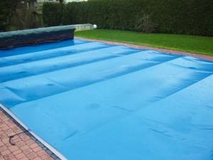 Rollschutz für den Pool, blau